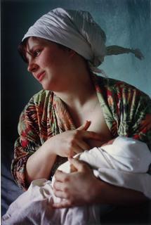 乳児を抱く若い母親.jpg
